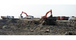 Перевозка загрязненных нефтью земель на территории проекта Baku White City осуществляется с высокими темпами